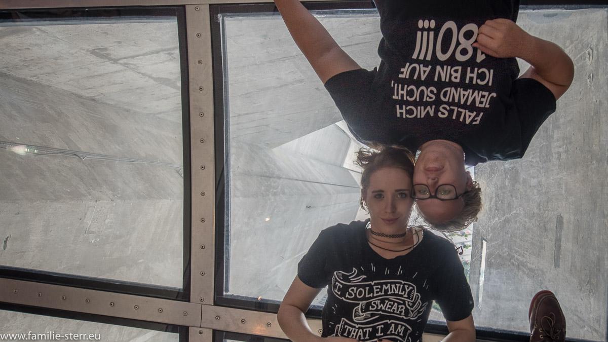 Katharina und Melanie auf dem Glasboden in der Aussichtskanzel des CN - Towers in Toronto