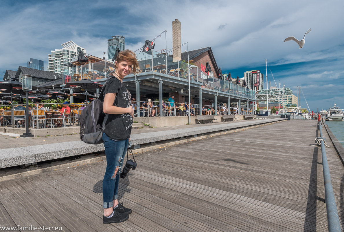 Melanie vor der Amsterdam Brewers am Harbourfront Centre in Toronto