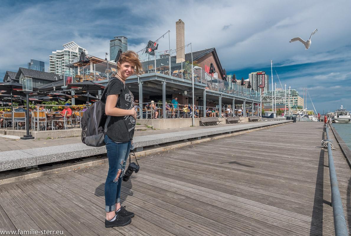 Melanie vor der Amsterdam Brewers am Harbourfront Centre in Toronto