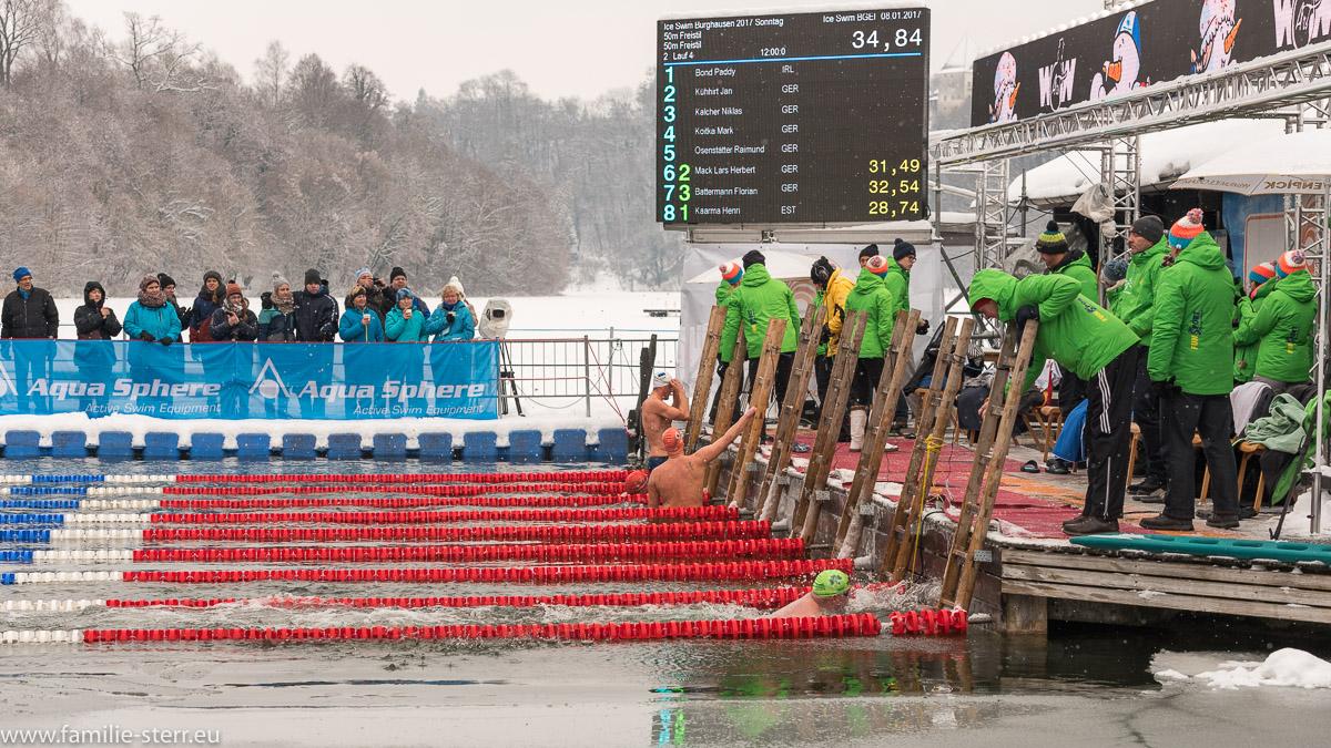 Zieleinlauf beim Eisschwimmen in Burghausen