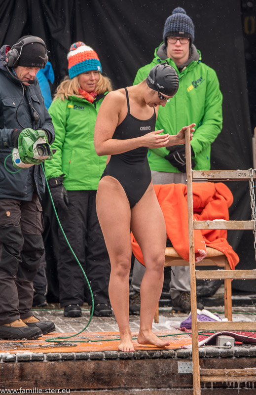 Schwimmerin beim Start zum Eisschwimmen am Wöhrsee in Burghausen 2017