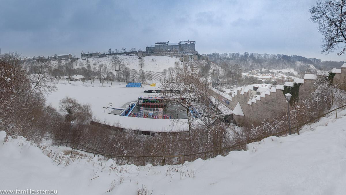 winterliches Panorama von Burg und Wöhrsee in Burghausen / Eisschwimmen 2017