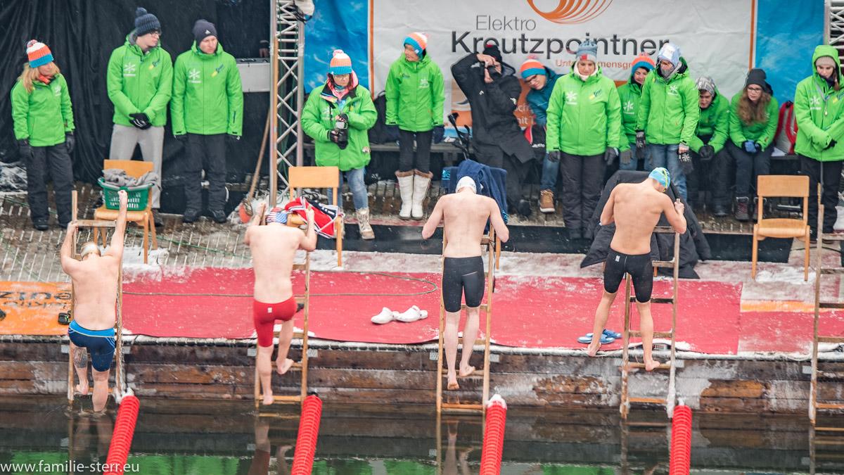 Teilnehmer beim Einstieg zum Eisschwimmen / Ice-Swimming 2017 in Burghausen 7 German Open und Weltmeisterschaft