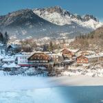 Blick vom Cafe Malerwinkel über den zugefrorenen Königssee Richtung Berchtesgaden