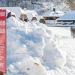 """Schild """"Betreten der Eisfläche verboten"""" / Personen auf dem Eis / zugefrorener Königssee im Berchtesgadener Land"""