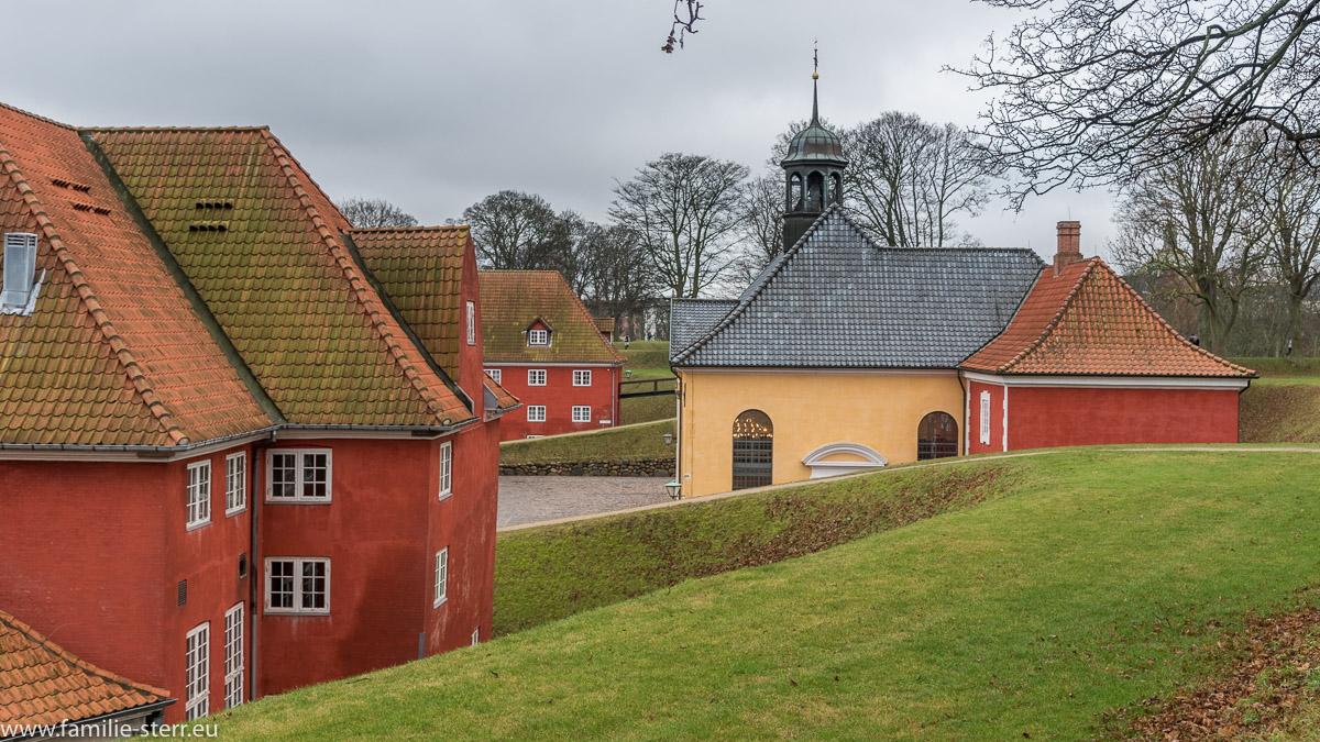 Gebäude und Kapelle hinter dem Schutzwall im Kastellet Kopenhagen