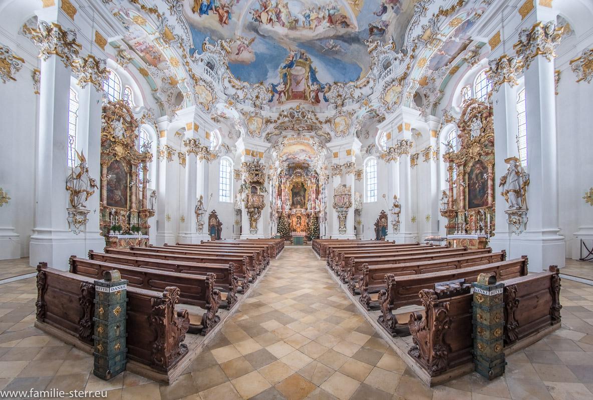 Blick durch das Kirchenschiff vom Eingang zum Altar der Wieskirche bei Steingaden