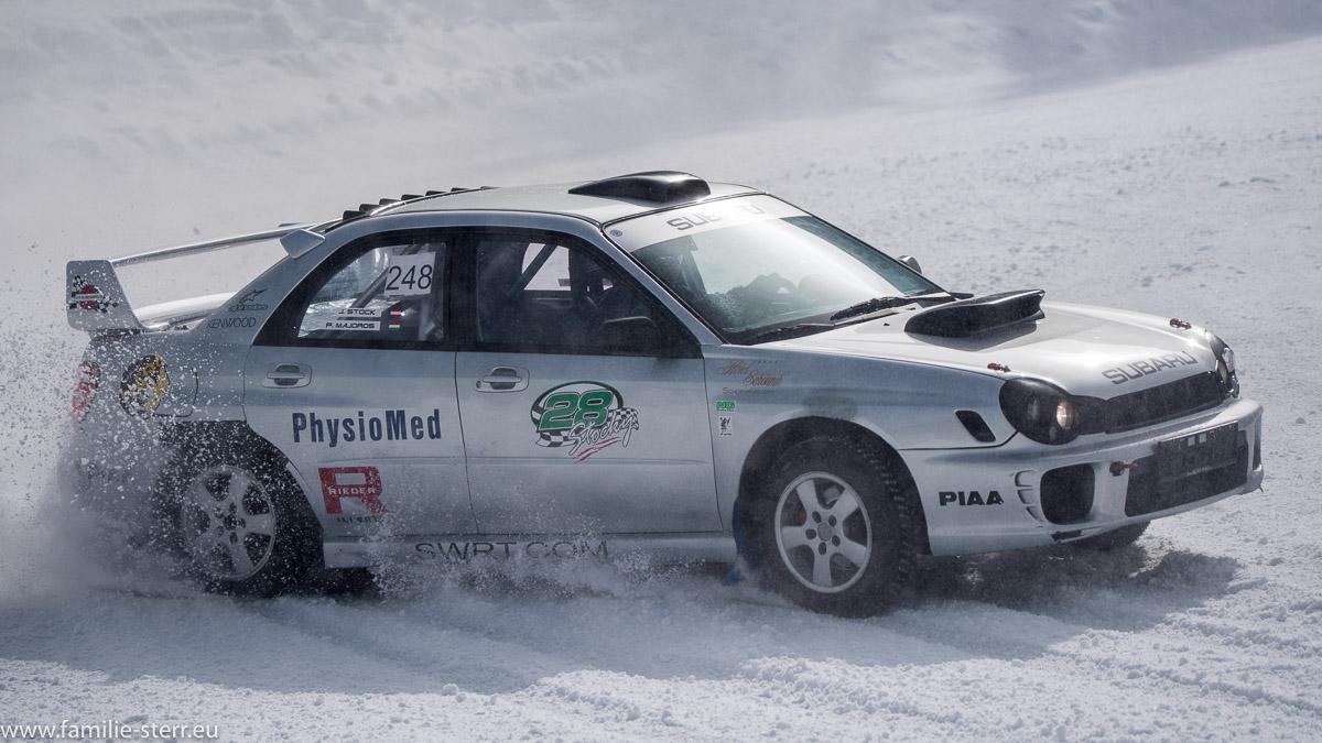 driftender Rennwagen beim Eisspeedway in Weissenbach