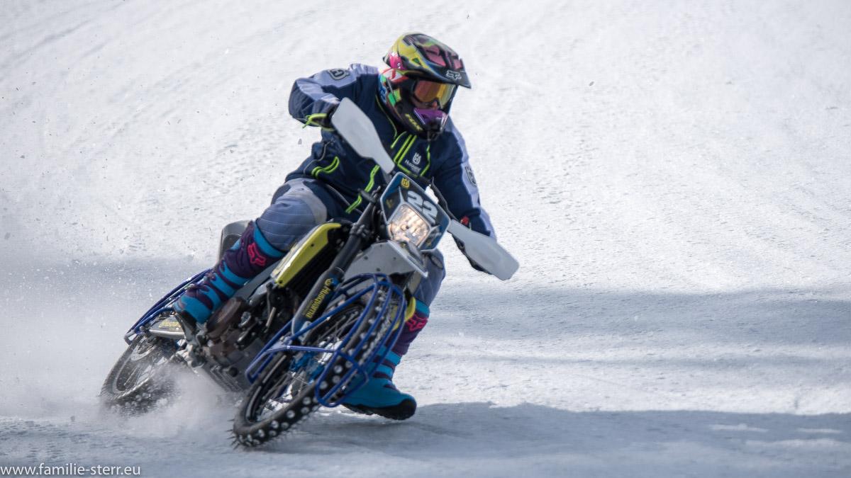 Motorrad mit Spikes beim Eisspeedway in Weissenbach