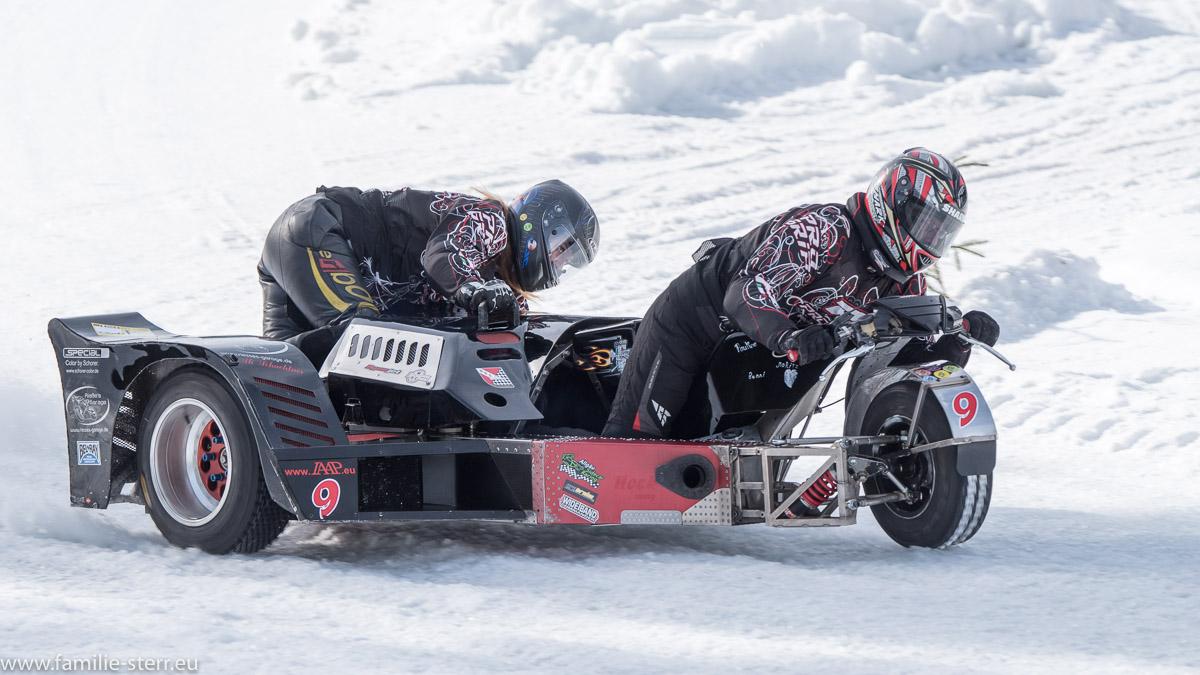 ein Motorrad mit Beiwagen beim IAAP Eisspeedway in Weissenbach