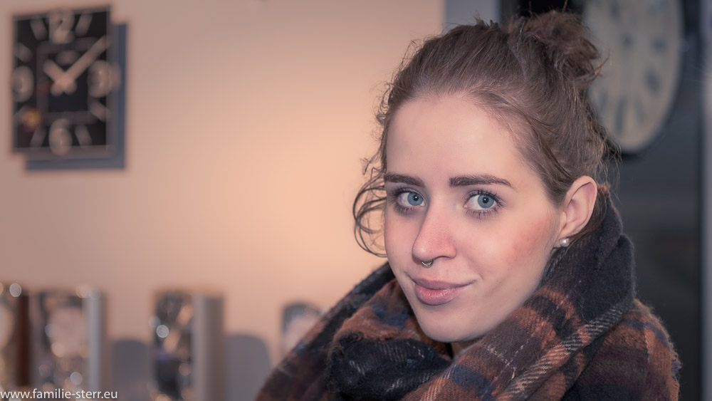 Melanie vor einem Uhranstand auf der Inhorgenta