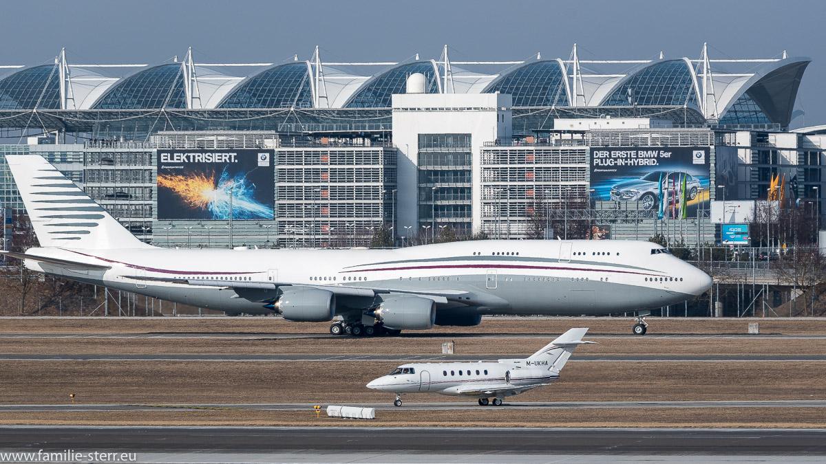 Boeing 747-800 der Quatar Amiri Flight und Hawker 800XP