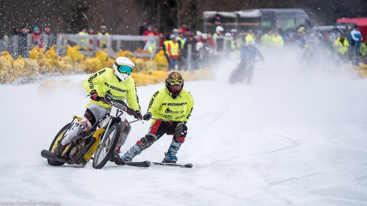Motorrad und Skifahrer beim Skijöring beim MSC Steingaden 2017