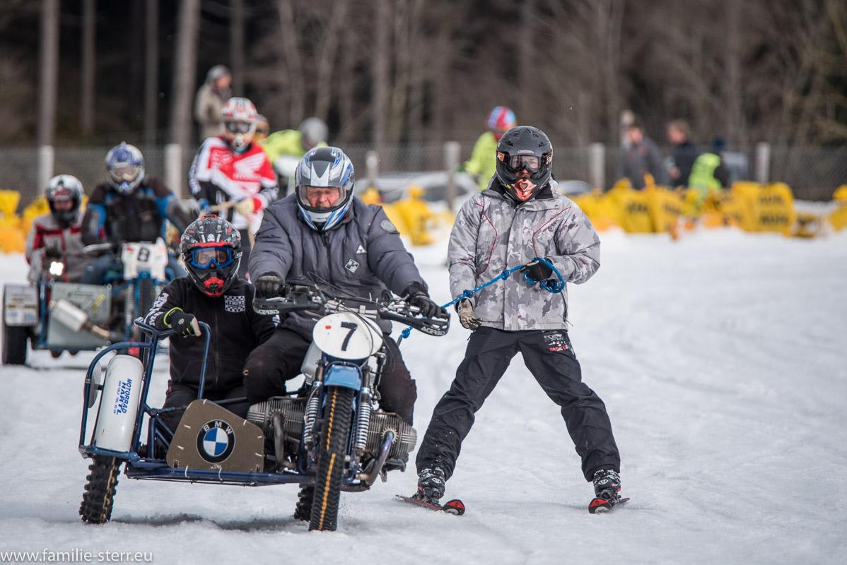 Positionskämpfe der Beiwagen - Motocrossräder beim Skijöring beim MSC Steingaden 2017