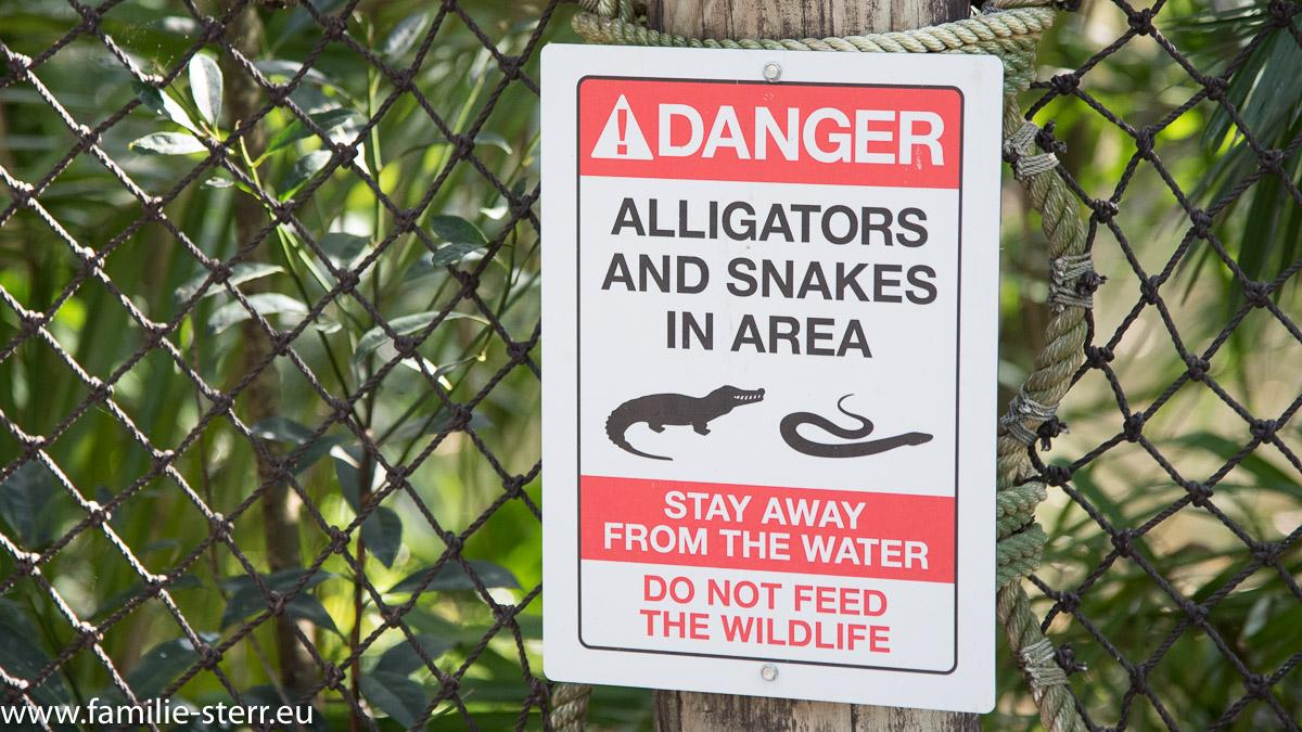 "Warnschild ""Danger: Alligators and Snakes in this Area"" im Animal Kingdom / Disney World / Florida"