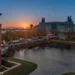 Sonnenaufgang über dem Walt Disney World Swan Hotel