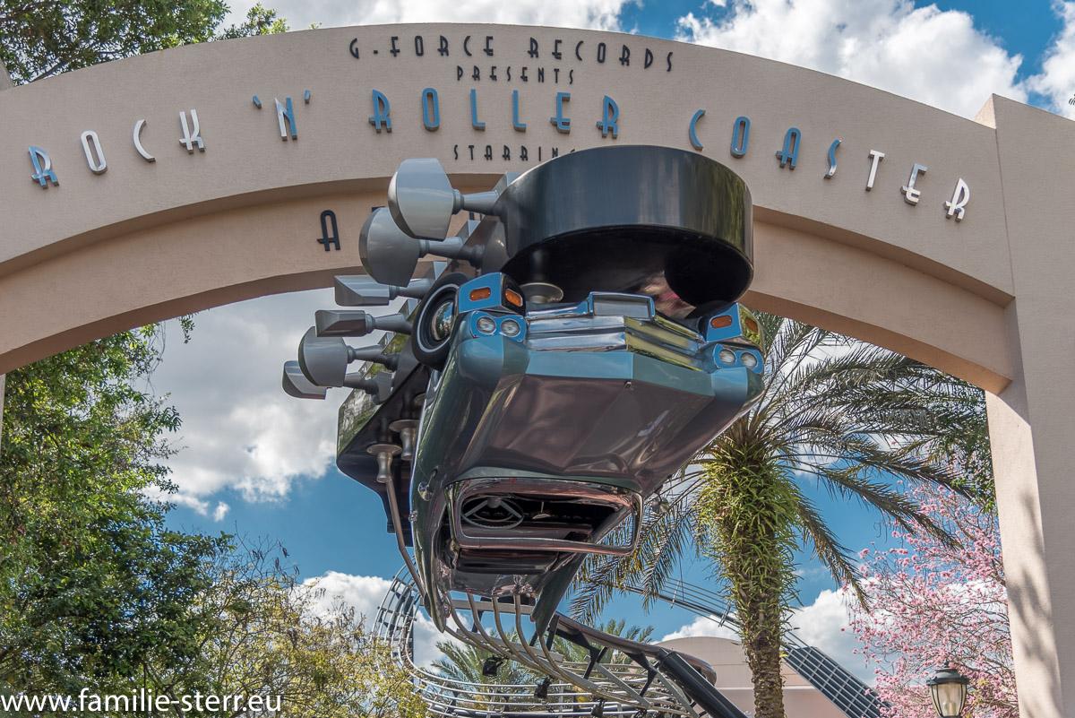 Über Kopf hängendes Auto am Eingang zum Rocking Roller Coaser