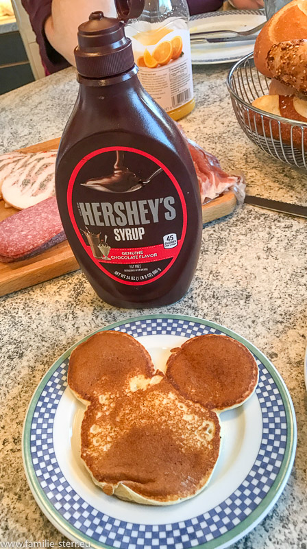 Pancake in Mickey - Mouse - Form mit Hershey's Schokoladensirup