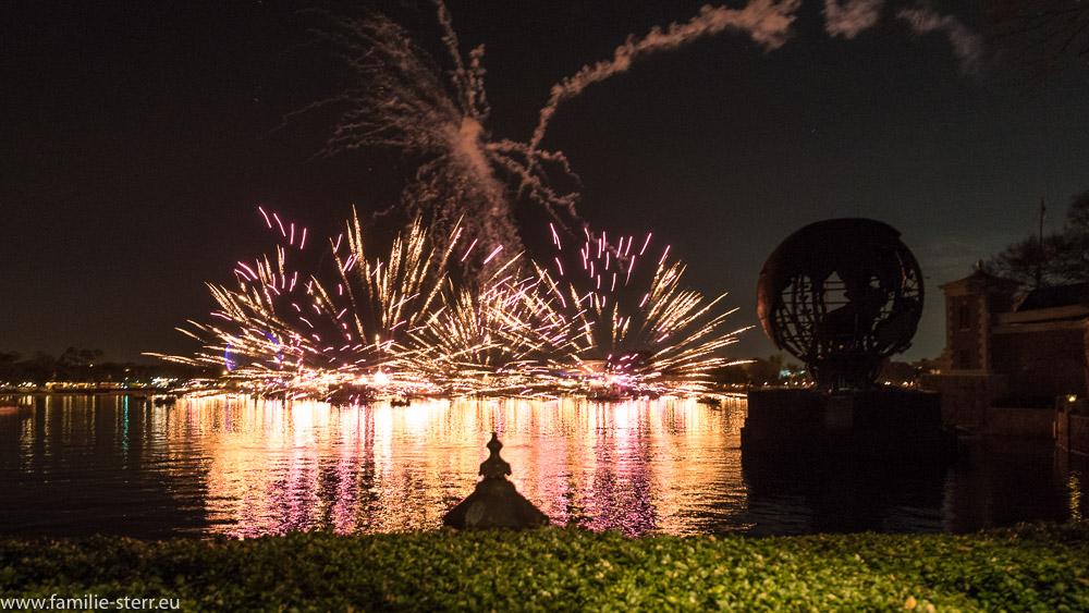 """Feuerwerk """"Reflections on Earth"""" an der World's Showcase Lagoon"""