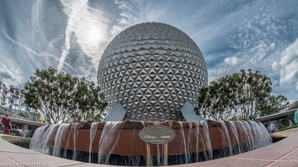 Brunnen und Spaceship Earth