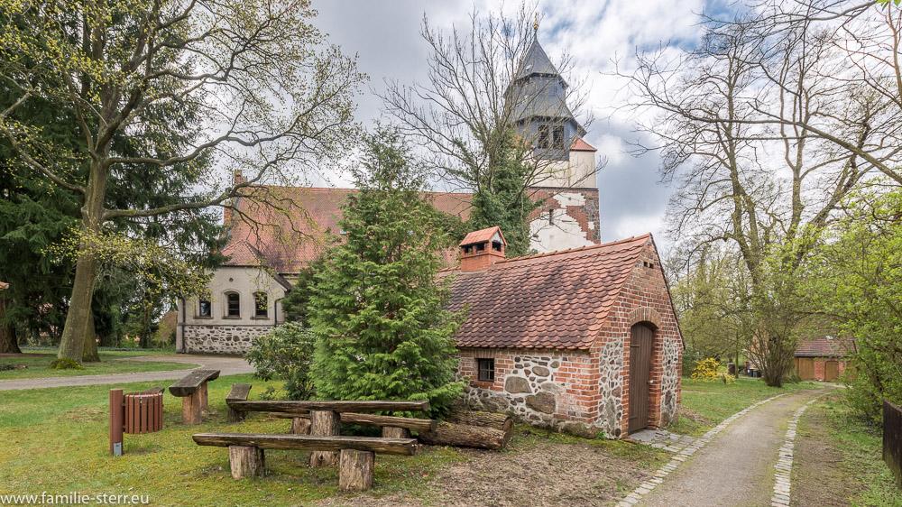 Blick über das renovierte Backhaus auf die St. Martin Kirche in Hornow