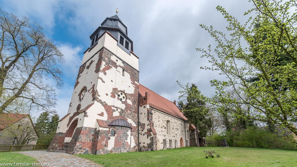 Ansicht der St. Martin Kirche in Hornow von der Dorfstraße aus