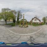 österlich geschmückter Brunnen am Altenerdinger Hofmarkplatz