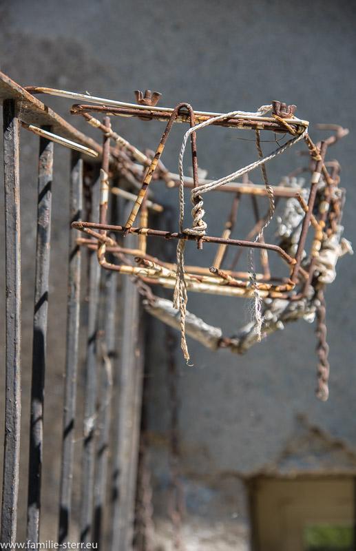 Eine Balkonhalterung für einen Blumenkasten in Italien, alt und verrostet