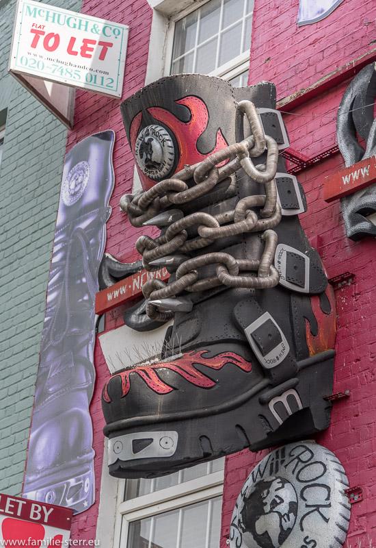 Ein riesiger Stiefel als Fassadendekoration am einem Geschäft in der Camden High Street