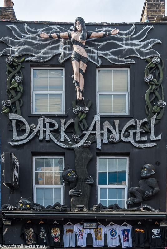 """künstlerisch gestaltete Hausfassade an der Camden High Street / der """"dunkle Engel"""""""