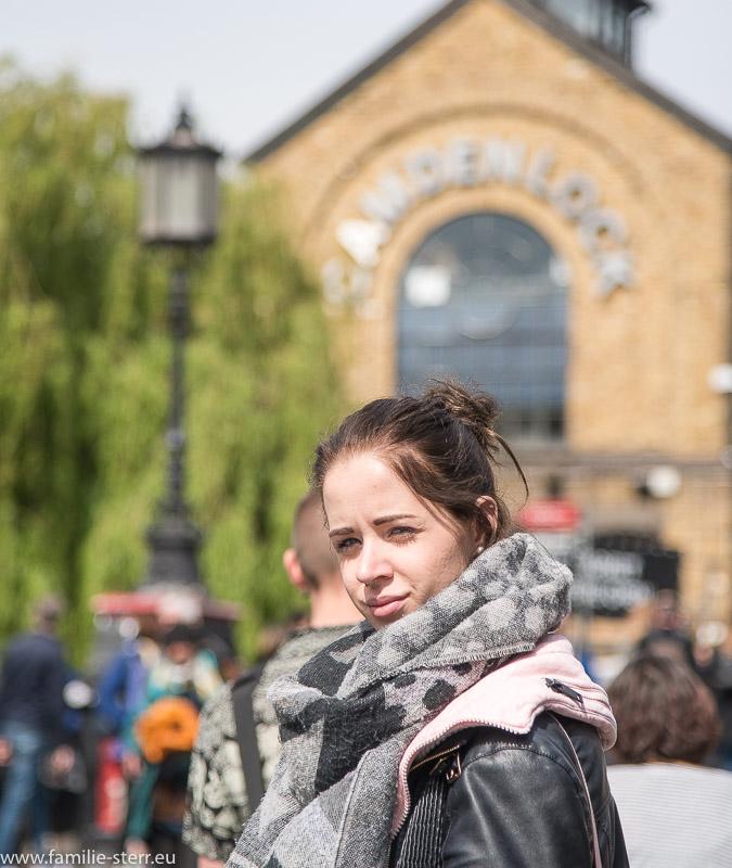 Melanie am Eingang zum Camden Lock Market