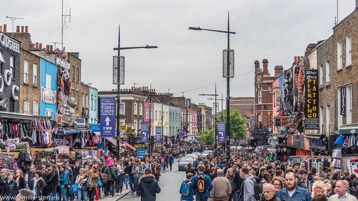 Massenhaft Besucher des Camden Lock Market auf der Camden High Street
