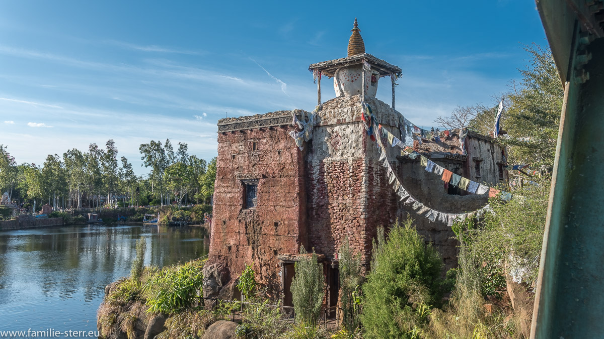 "Asiatisches Dorf im Animal Kingdom bei der Achterbahn ""Expedition Everest"""