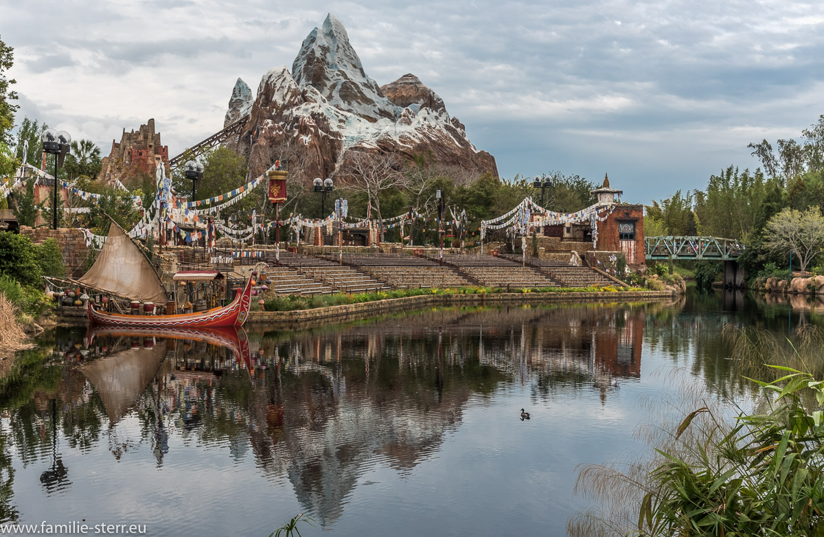 Expedition Everest mit Spiegelung im See im Asien Teil des Animal Kingdom Parks in Disneyworld Florida