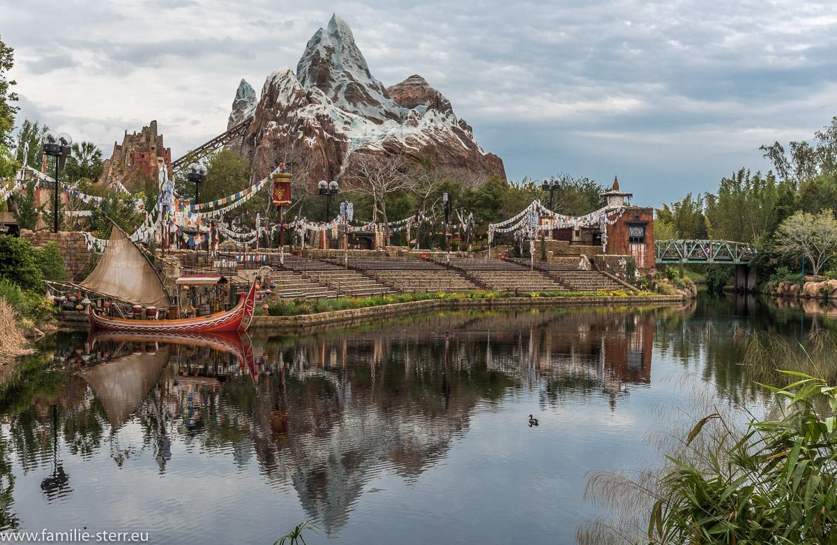 Expedition Everest mit Spiegelung im See im Asien Teil des Animal Kingdom Parks in Disneyworld Florida