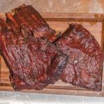 Fertige Spareribs mit glänzender Glasur aus selbstgerechter BBQ - Soße