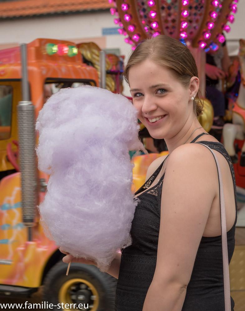 Melanie mit einer großen Zuckerwatte am Schrannenplatz in Altenerdung