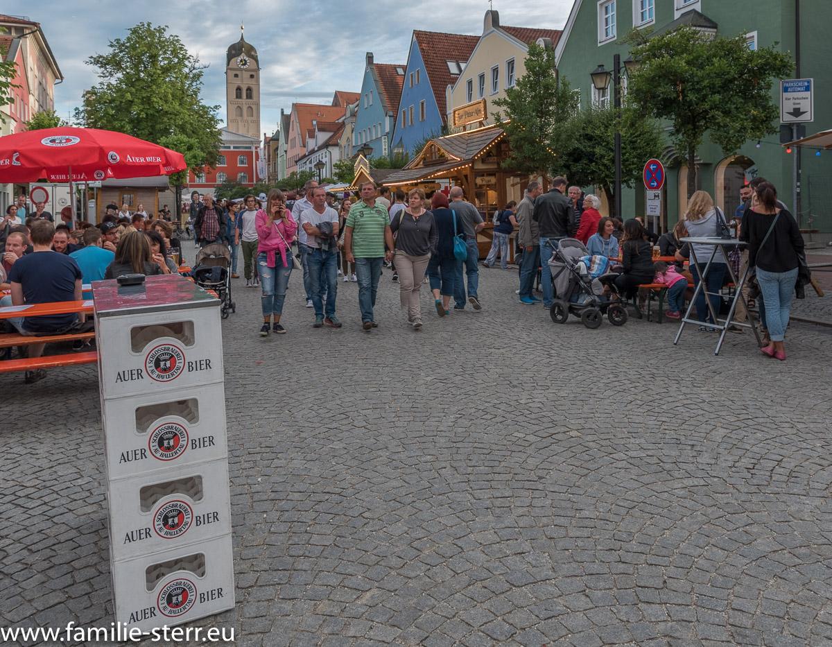 Die Lange Zeile als großer Biergarten beim Altstadtfest 2017 in Erding