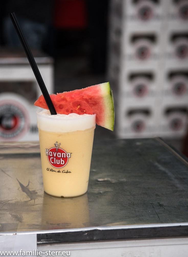 Cocktail auf der Theke vor dem Papa Demo
