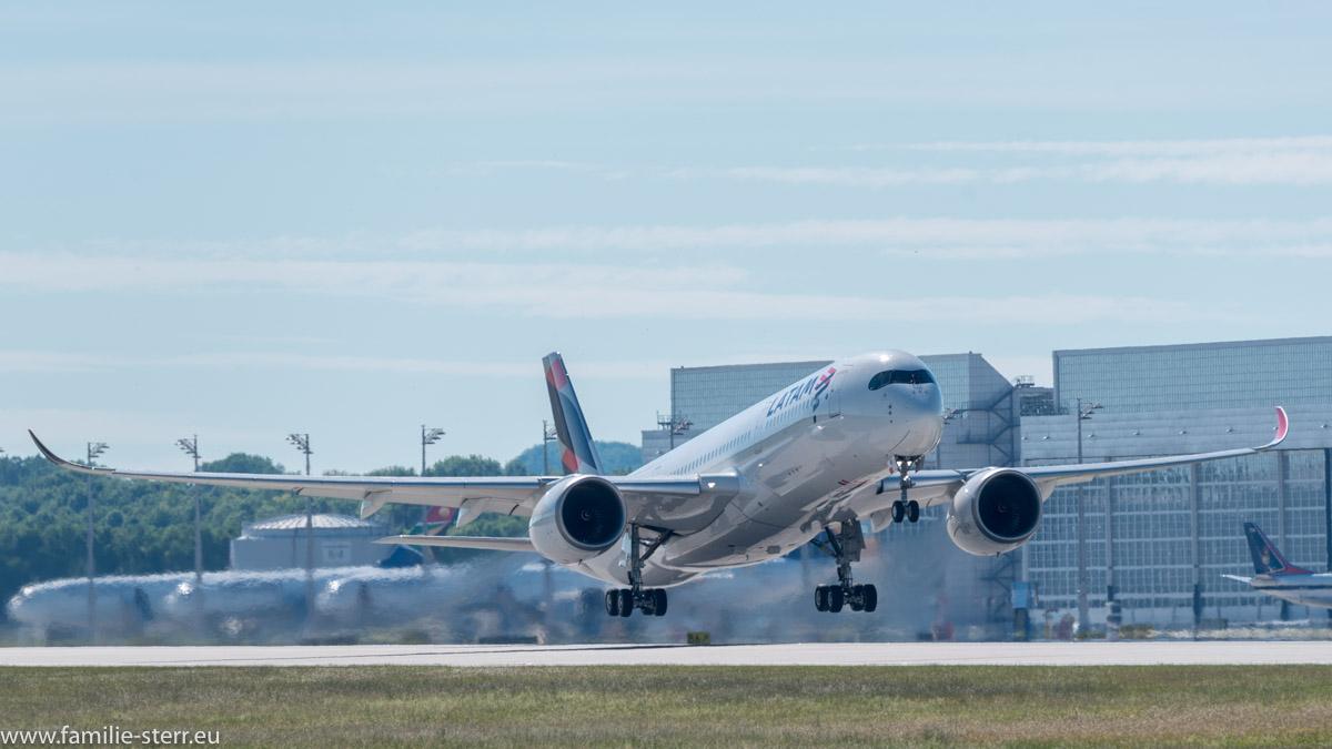 Startender Airbus A 350-900 der LATAM am Flughafen München