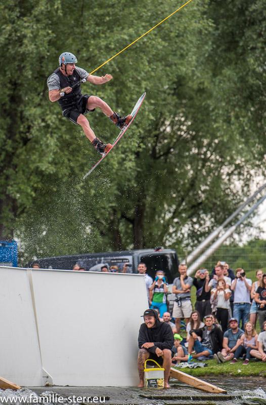 Absprung an der Schanze der Wakeboardanlage im Münchner Olympiasee