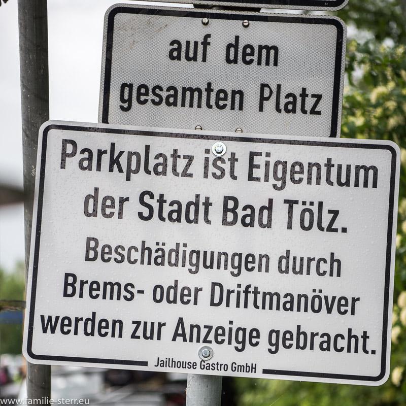 Hinweisschild auf dem Parkplatz beim Restaurant Jailhouse in Bad Tölz