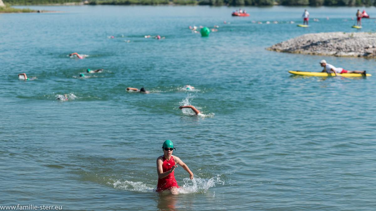 Jugendgruppe am Ende der Schwimmrunde beim Erdinger Stadttriathlon