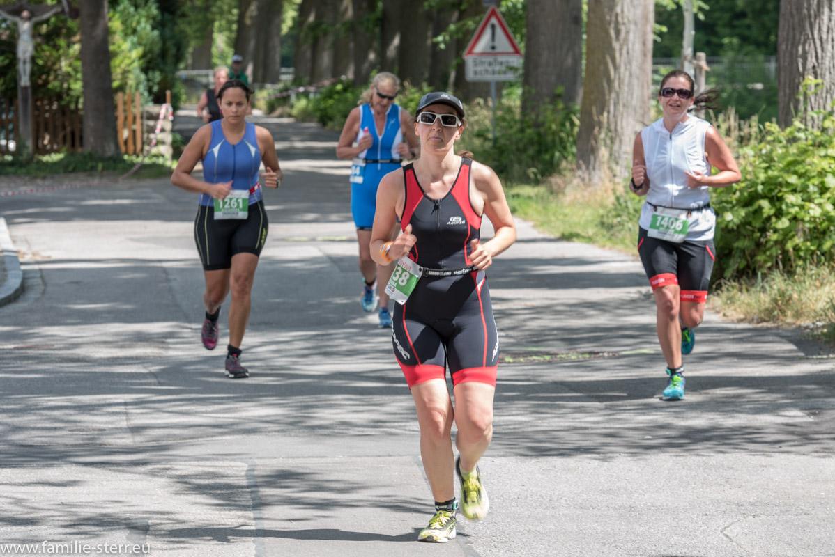 Läufer am Beginn der Laufrunde auf dem Weg vom Kronthaler Weiher in die Innenstadt