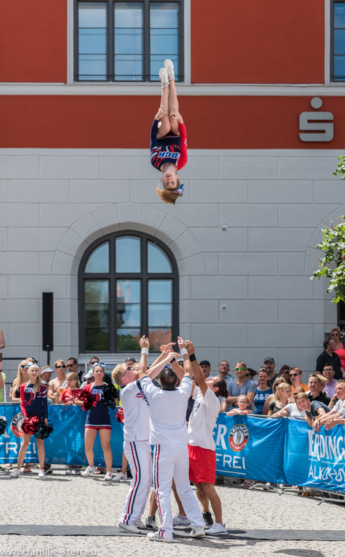 Cheer-Leader-Akrobatik in der Weiibräu Wende an der Laufstrecke des Erdinger Stadttriathlons