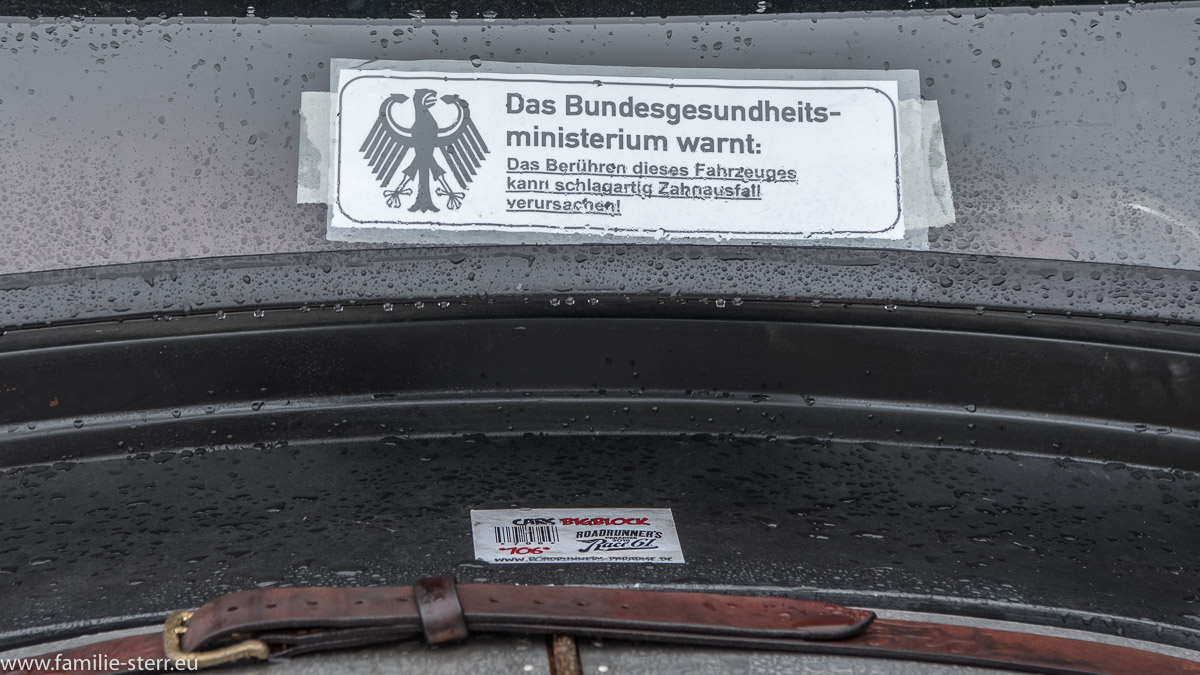 """Warnaufkleber """"Bundesgesundheitsministerium warnt: Das Berühren dieses Fahrzeugs kann schlagartig Zahnausfall verursachen"""""""