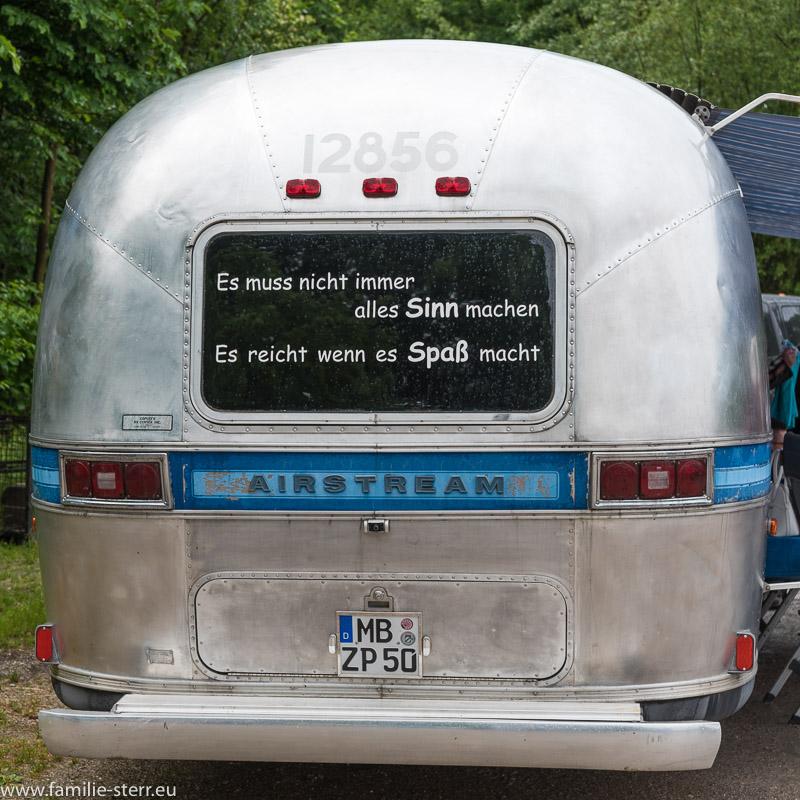 """Aufkleber auf einem """"Airstream"""" Wohnanhänger: """"Es muss nicht immer alles Sinn machen, es reicht, wenn es Spaß macht"""""""