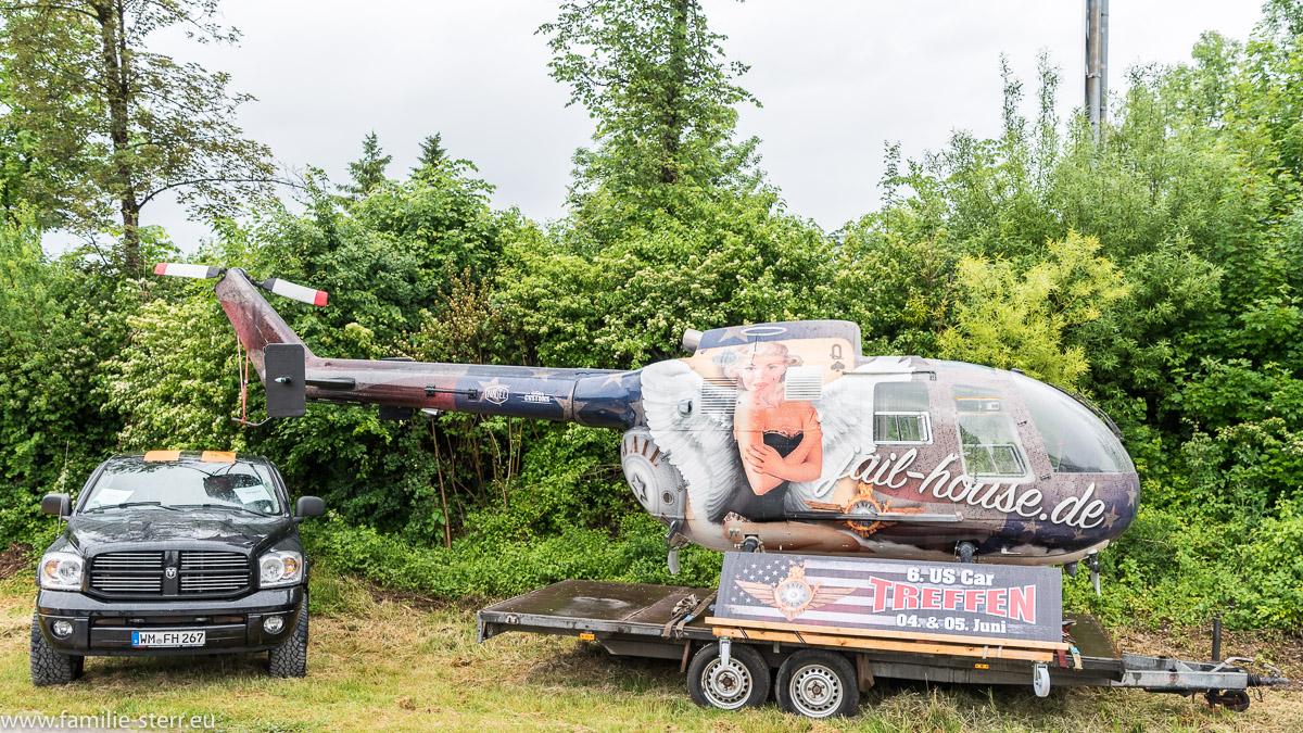 ein Hubschrauber und US Pickup als Werbung für das 6. US - Car- Treffen in Bad Tölz