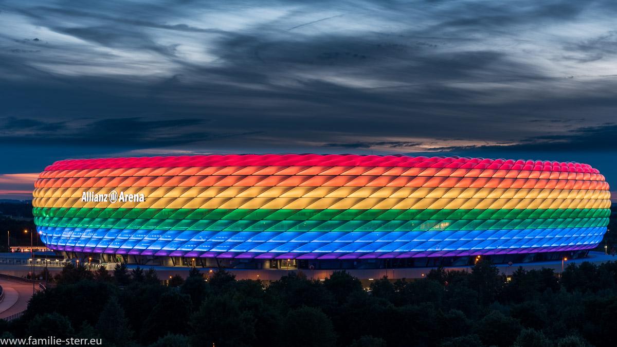Allianz Arena München in Regenbogenfarben zum Christopher Street Day 2017
