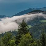 Nebelschwaden über einem Tal vor dem Obersalzberg